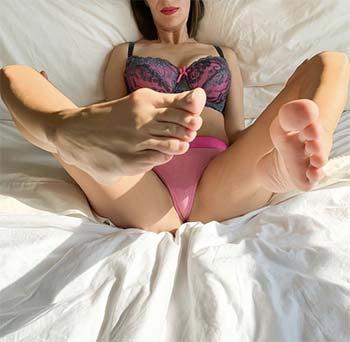 Mature transsex aux pieds agiles