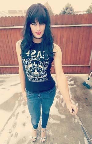 Jeune transsexuel en mode selfie stick - 94100
